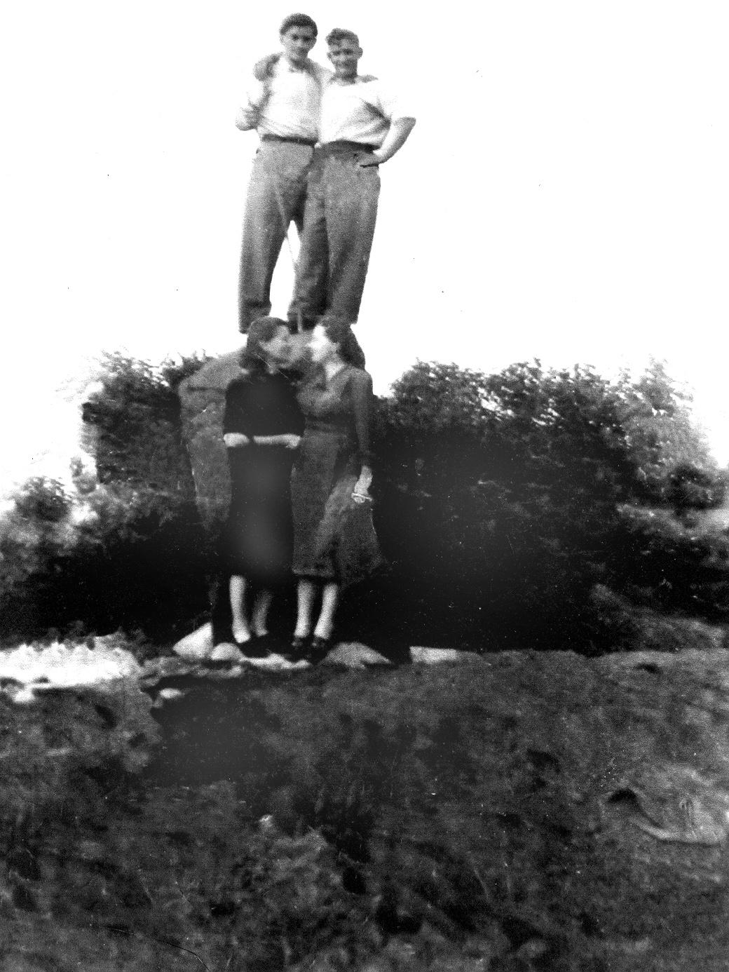 Rodzinne zdjecie Piotra Szkudlarka przy pomniku